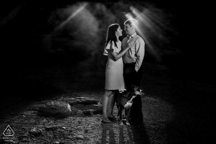 Papago Park- Phoenix, AZ sesión de compromiso por la noche en blanco y negro