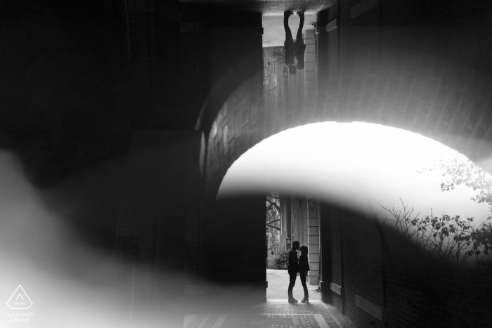 Harvard Square Cambridge Massachusetts - Un couple en silhouette pendant leur séance photo de fiançailles