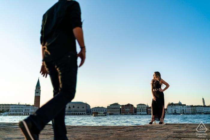 La photographe de fiançailles de Frioul-Vénétie Julienne a figé le couple sur cette photo d'eux marchant au bord du fleuve à Venise