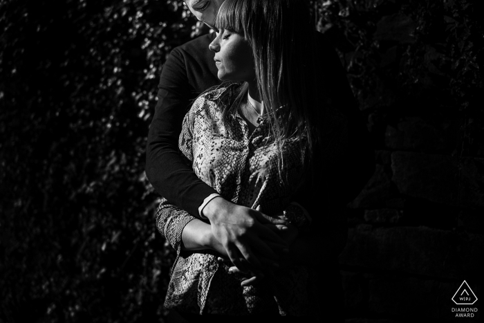 Cette photo noir et blanc d'un couple embrassant a été prise par un photographe de fiançailles de Trieste