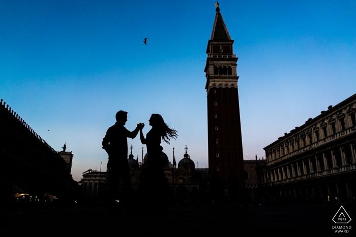 Venezia, Italie Silhouette de danseuse sur la Piazza San Marco lors d'une séance d'engagement pour la caméra