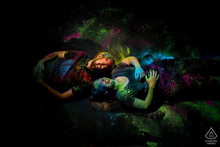 Boulder, CO (Hinterhof) Verlobtes Paarporträt auf einem Trampolin