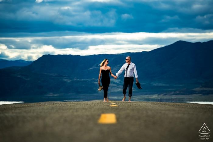 Colorado, Bonneville Salt Flats - Tournage de fiançailles d'un couple marchant sur la route