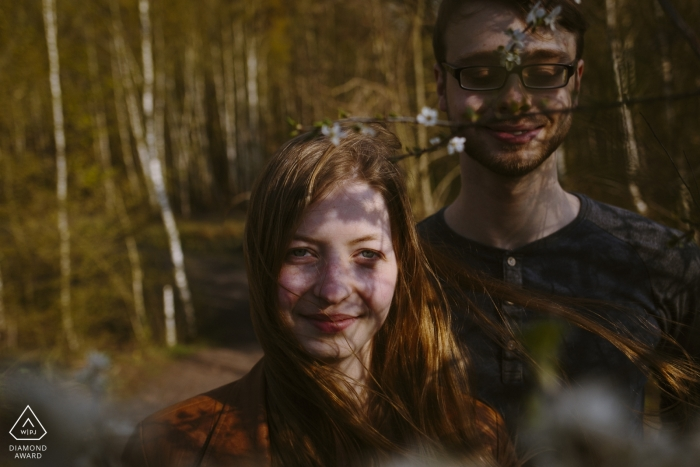 Photos de fiançailles à Aix-la-Chapelle avec Copule dans les arbres et les ombres