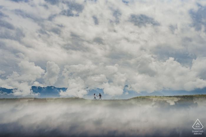 Turpan Para biegająca w górach podczas sesji zdjęciowej przed ślubem