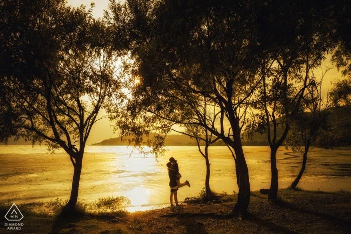 Da Li Zaręczyny Sesja portretowa przed ślubem w wodzie o zachodzie słońca