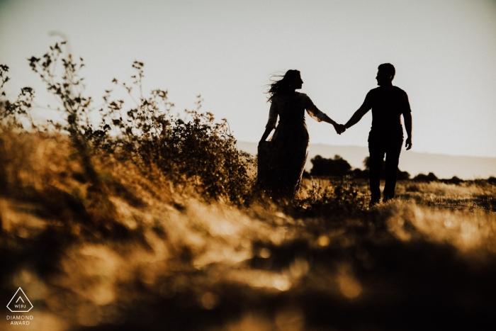 YOSEMITE gouden uren verlovingssessie met een paar hand in hand