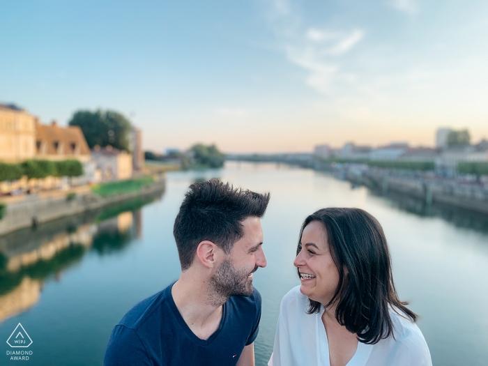 Chalon-sur-Saône, Frankreich Engagement Session - Ein süßer Austausch über die Brücke über die Saône.