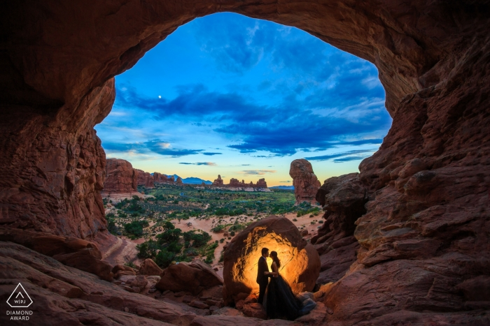 Photos de fiançailles dans le parc national Arches - Le couple dans le parc national Arches