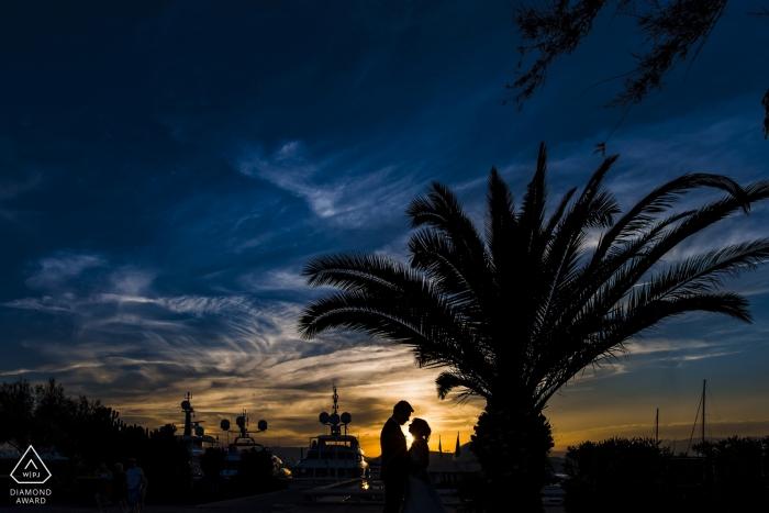 Cannes Liebe an der Palme während Sonnenuntergang Fotoshooting für Verlobungsfotos