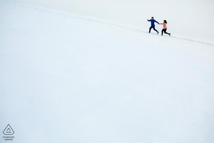 Dillon, CO sesja zaręczynowa z parą biegnącą w białym śniegu