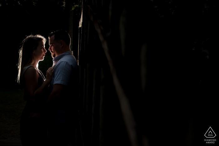 Verlobungs-Fotoaufnahme Neapels Florida nachts unter einem Licht