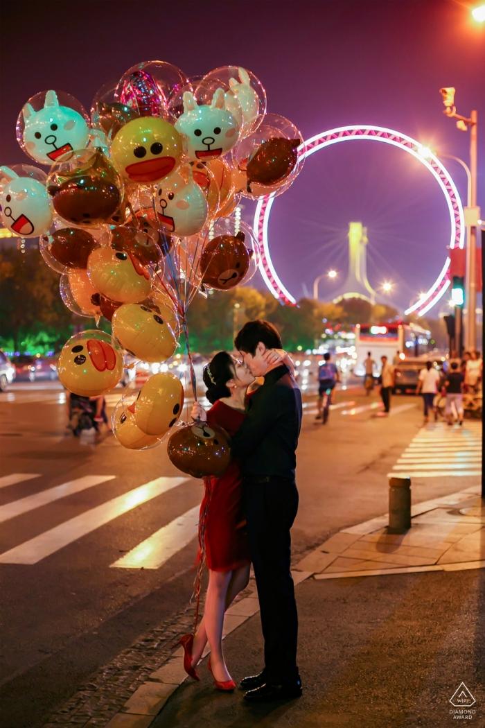 China-Spaß vor Hochzeitsporträt auf den Straßen des Karnevals mit Ballonen