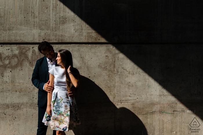 Vieux mariage - Photo de fiançailles géométriques d'un couple sous le soleil et l'ombre