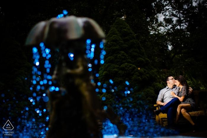 Photographe de fiançailles de Sayen Gardens, dans le New Jersey: Le dernier coup de la journée a gélifié l'eau, les a allumées, a obtenu la photo que je voulais et cliqué.