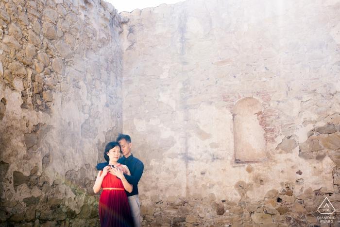 Mission San Juan Capistrano, Ca Verlobungsporträts. | Paar steht im ätherischen Licht