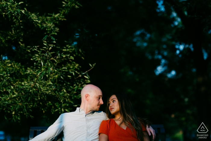 La pareja disfruta el momento en un banco en un parque cerca de Eastern Market en DC.