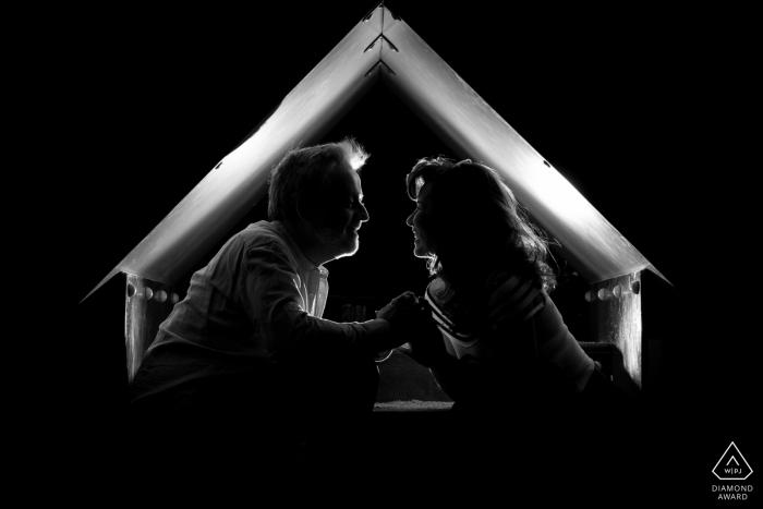 Madrid, Spanien Verlobungsfotograf - Ein Paar, das in einer Art Zelt lächelt