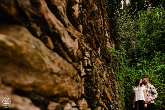 Ouro Preto, MG Engagement Photography au Rocher dans les Arbres