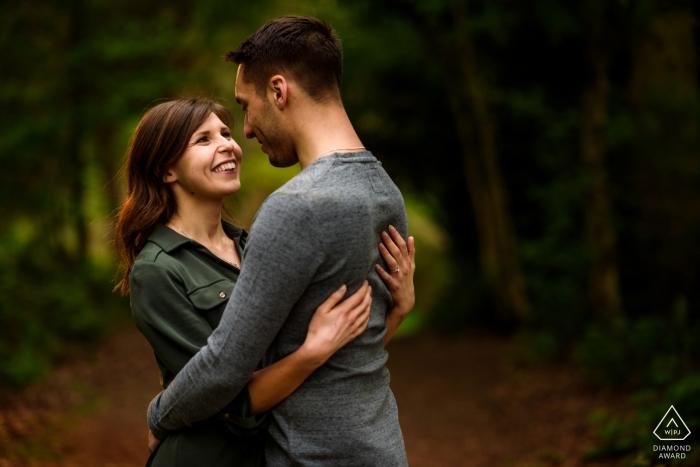 Verlobungs-Fotoshooting mit Bunkers Hill Wood - Ein warmer Abend-Gegenlichteffekt für das Paar im Wald