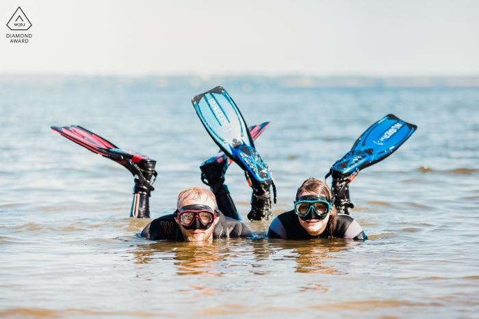 Photo d'engagement de Popowo Beach montrant un couple allongé dans l'eau avec des lunettes et des palmes.