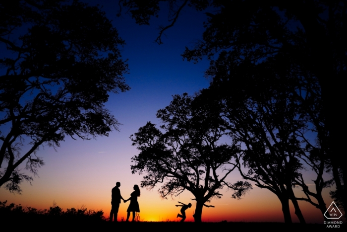 Fort Fisher, North Carolina Couple Portraits - Foto di fidanzamento delle future coppie con il figlio della sposa che corre in silhouette