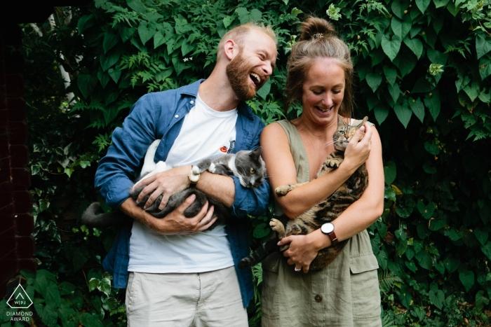 Süße Katzen Süd-Londons, die an der Verlobungsporträtsession teilnehmen.
