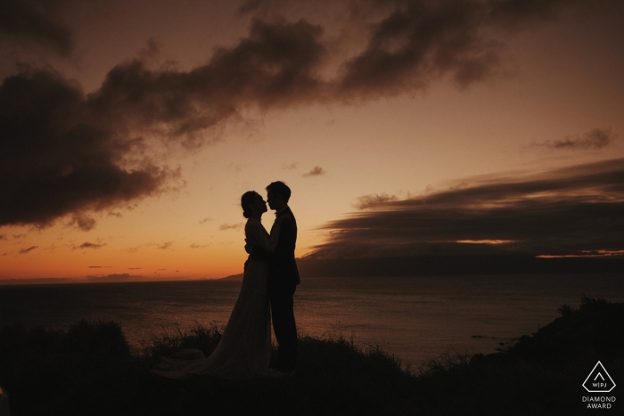 Hawaii, Verenigde Staten engagement shoot over het strand in de schemering