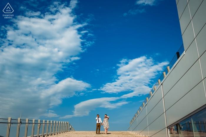 """""""To zdjęcie zaręczynowe zostało zrobione na szczycie schodów Grand Quai w Starym Montrealu. Z góry jest ładny widok, ale był to bardzo gorący dzień i słońce było intensywne""""."""