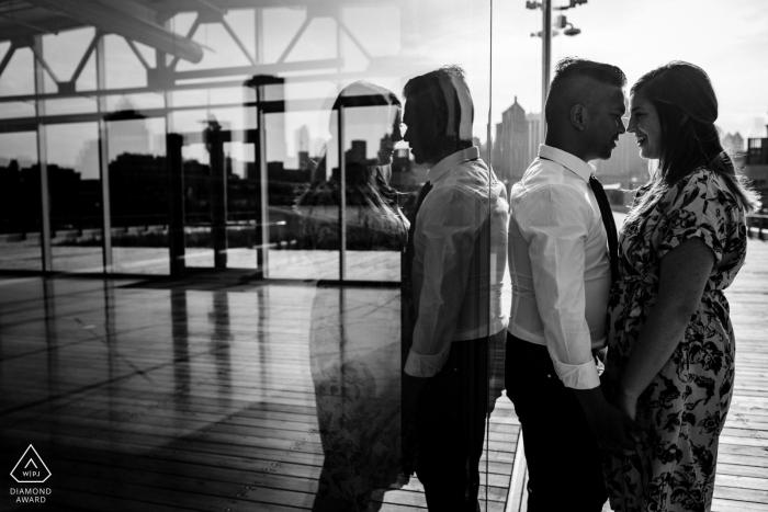 Photographe d'engagement de Montréal, Québec - Image du couple pris au Grand Quai dans le Vieux-Montréal.