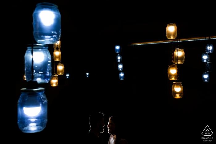 Toledo, Castilla-La Mancha (Espanha) Pré casamento sessão de fotos com frascos atísticos - universo com shilouette de casal