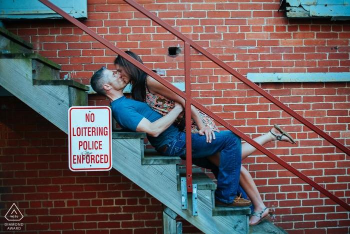 Baltimore, Maryland Engagement Session - Paar Küssen auf der Treppe für Porträts.