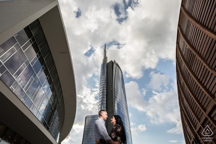 Italienische Verlobungsfotografie in der Stadt mit hohen Gebäuden.
