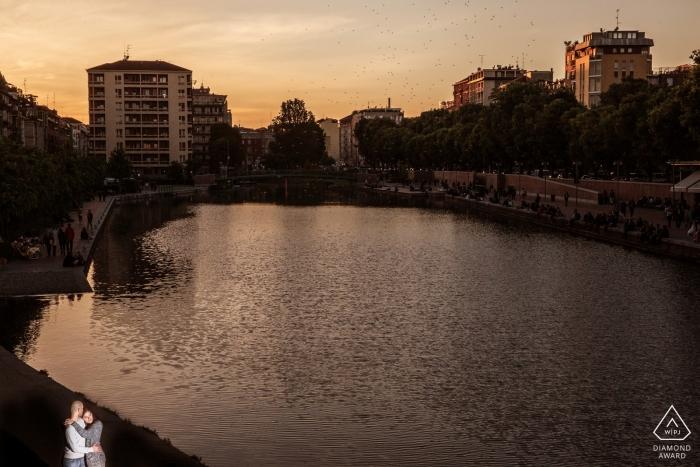 Foto de compromiso de Milano, Italia al atardecer en el agua con una luz en solitario
