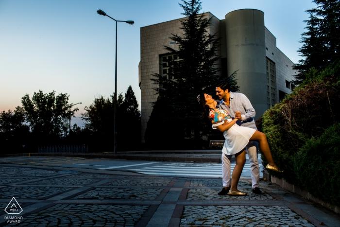 Hauptcampus der Bilkent Universität, Ankara Pre Weding Photography Session | Paar versucht einige Tanzbewegungen