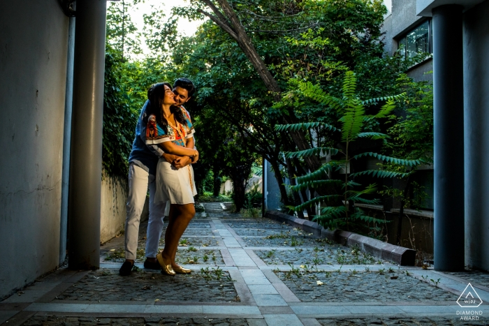 Hauptcampus der Bilkent-Universität, Ankara - Paar steht und umarmt sich unter einem Tor während des Fotoshootings vor der Hochzeit.