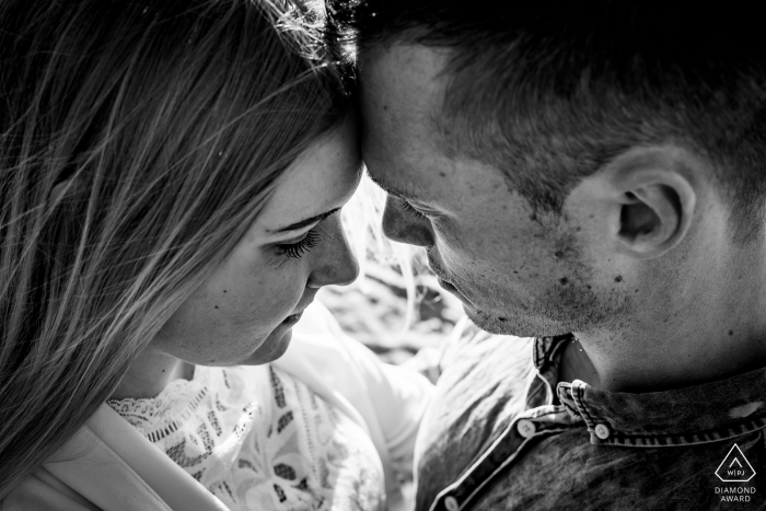 hold each other really close and tight - engagement photography in Uddel- Kootwijkerzand