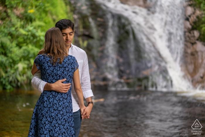 Sesión fotográfica previa a la boda de Allerheiliger - Amor pareja junto a la cascada