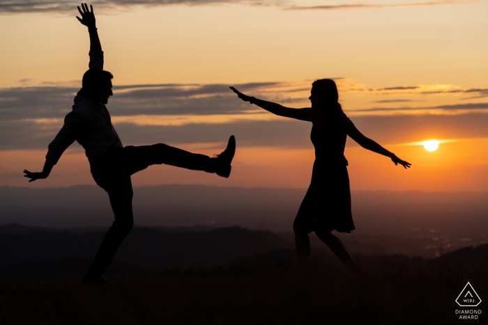 Openau Pre Wedding Photographer - Schattenbildbild des Paartanzens lustig bei Sonnenuntergang