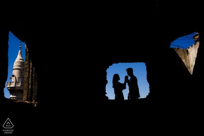Un couple d'Istanbul tourne à Sultanahmet lors d'une séance photo pour un nouvel engagement.