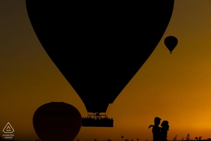 Séance photo de fiançailles en Turquie au coucher du soleil en Cappadoce avec des ballons