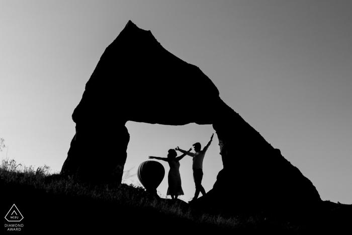Séance photo de fiançailles avec des ballons à air chaud en noir et blanc en Cappadoce et en Turquie