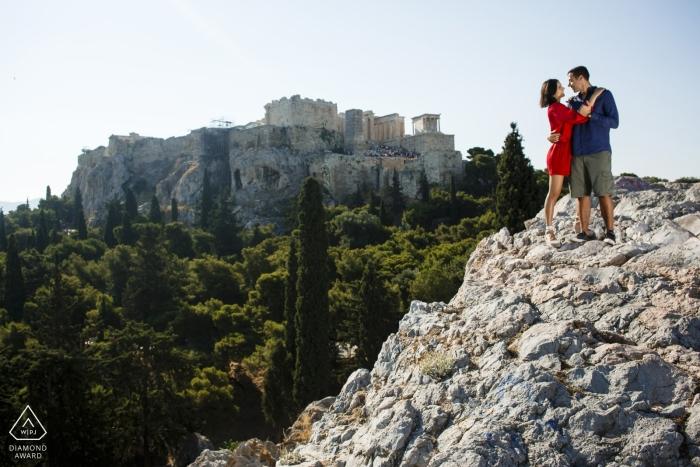 Akropolis Athens Engagement Tournage avec couple sur les rochers et les falaises