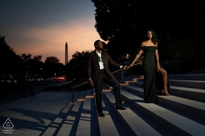Portrait de couple de la National Gallery of Art dans un escalier - photographe de fiançailles à Washington DC