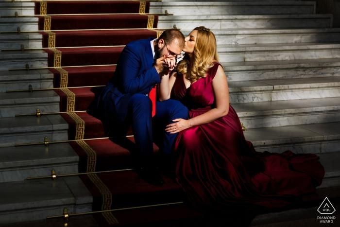 Bukarest-Paare, die während der Vorhochzeits-Fotosession im Berufungsgericht sich lieben