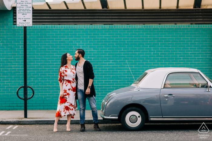 Verlobungsshooting in London mit einem alten Auto und einer großen Liebe