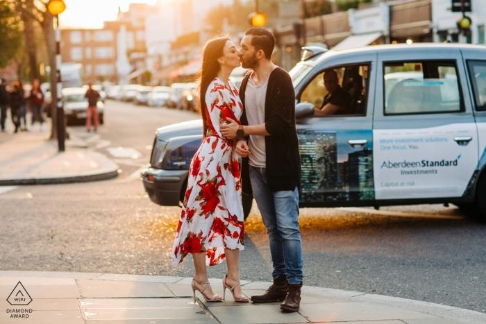 London Pre-Wedding Engagement Portriats - Sonnenuntergang in der Stadt mit paar und Taxi auf den Straßen