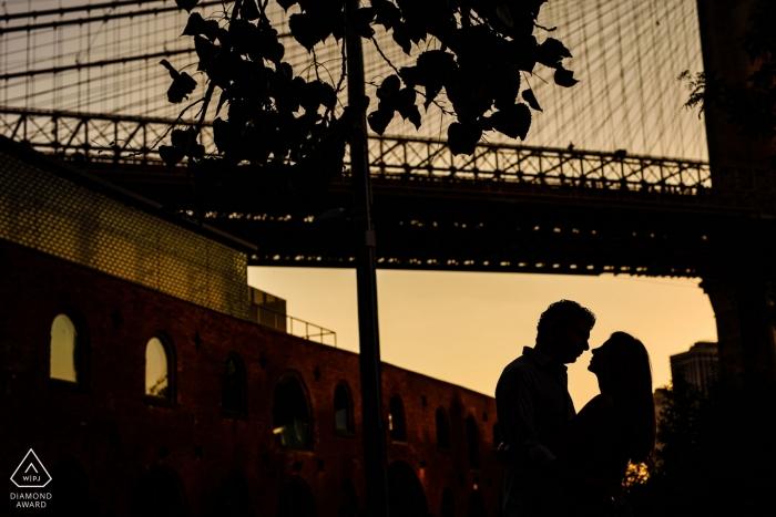 Porträt eines Paares in Dumbo | NYC Hochzeits- und Verlobungsfotografie