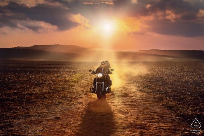 Teresópolis Foto-Shooting vor der Hochzeit auf einem Motorrad in der Wüste bei Sonnenuntergang.