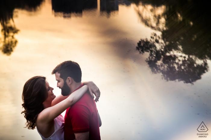Photographie de fiançailles pour Vicosa, Brésil - Un couple s'embrassant près d'un lac